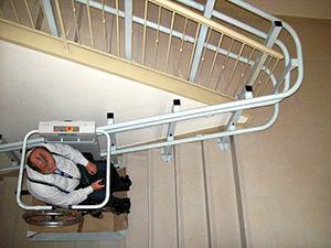 車椅子タイプ階段昇降機