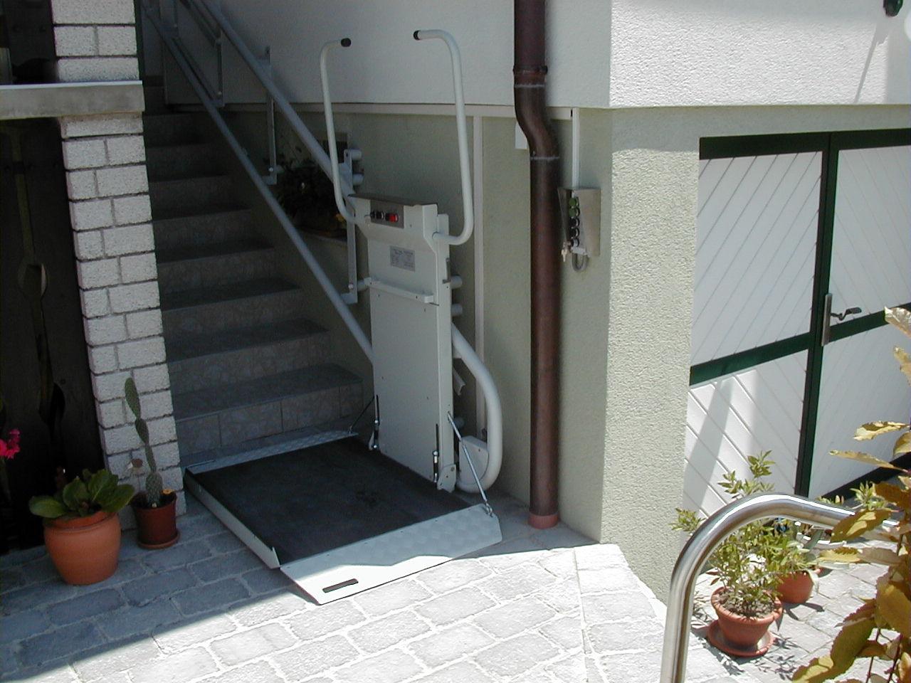 車いす用階段昇降機