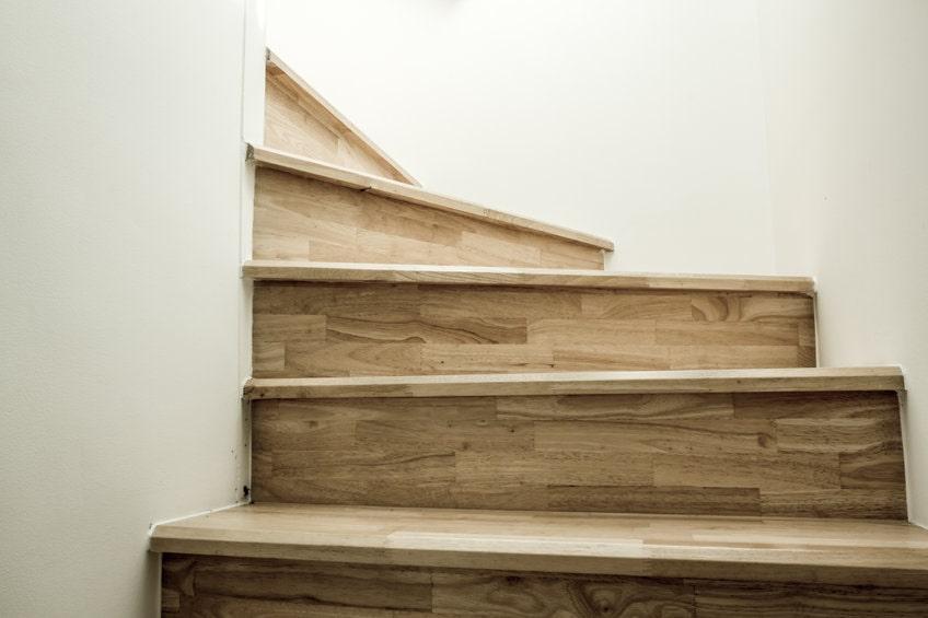高齢者が安全に利用できる階段とは?利用時の注意点などを解説