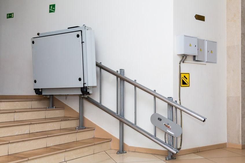 家庭用エスカレーターは存在するの?代わりになるのは階段昇降機