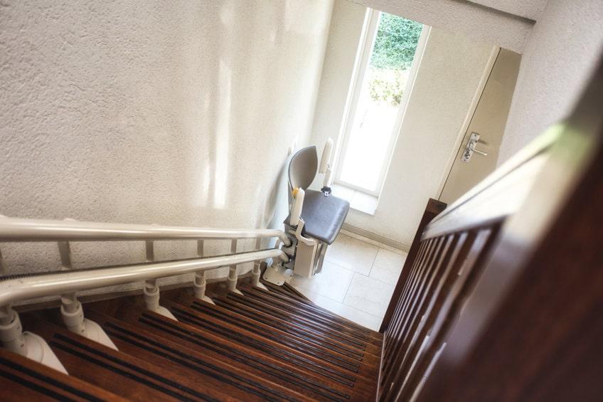 いす式階段昇降機は便利?そのメリットとデメリットを解説